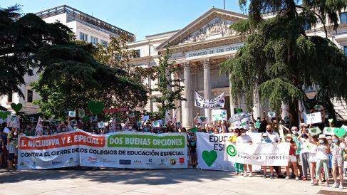 Manifestantes frente al Congreso este martes 23 de junio de 2020 para protestar contra la 'ley Celaá' y defender la educación especial. (Europa Press)