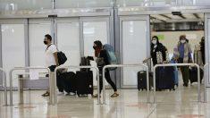 Pasajeros procedente de Colombia a su llegada al aeropuerto de Barajas. (Foto: EP)
