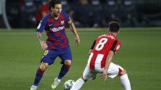 Messi intenta deshacerse de Unai López durante el Barcelona – Athletic. (Getty)