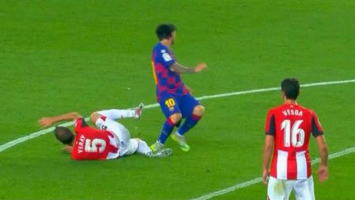 Messi pudo ver la roja por este pisotón a Yeray.