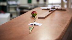 Un féretro en la sala previa a la incineración en el Crematorio de la Almudena ( Europa Press)