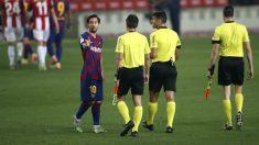 Messi habla con los árbitros tras el Barcelona – Athletic. (Getty)