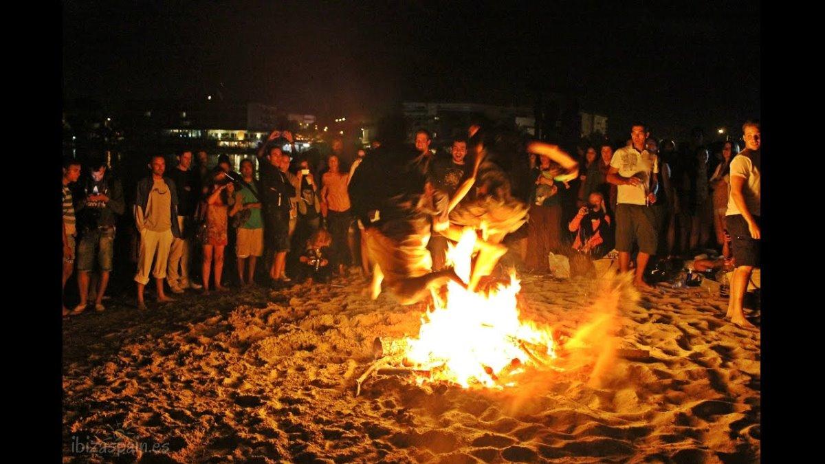 Saltar la hoguera es uno de los rituales más conocidos en San Juan