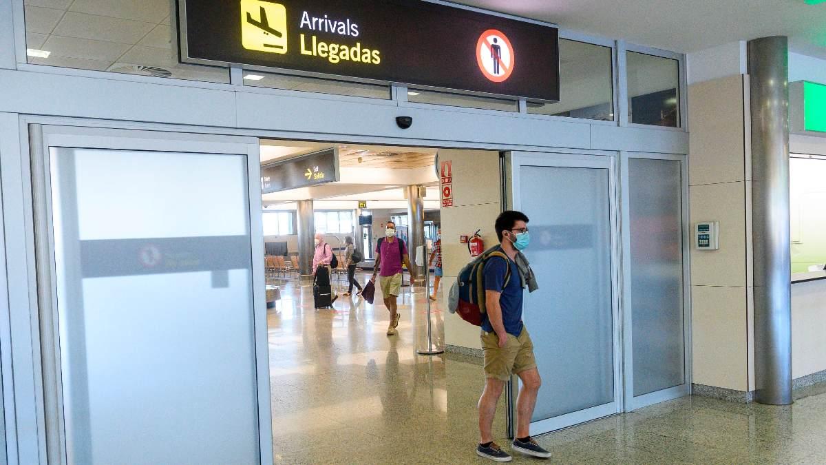 Viajeros en la zona de llegadas del aeropuerto. Foto: EFE