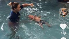 TikTok: El polémico método para enseñar a nadar a un bebé, con solo 2 meses lo lanza al agua