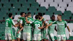 Los jugadores del Betis celebran su gol contra el Espanyol. (EFE)