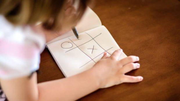 Cómo hacer un juego de tres en raya personalizado para los niños