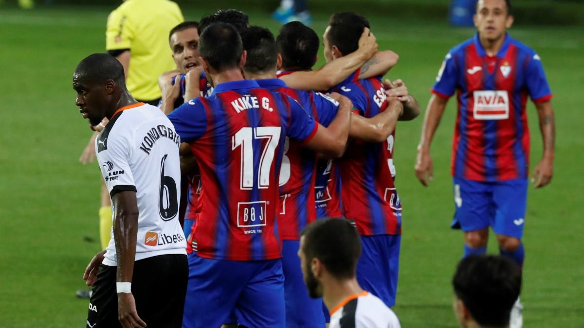 Los jugadores del Eibar celebran su gol contra el Valencia (EFE).