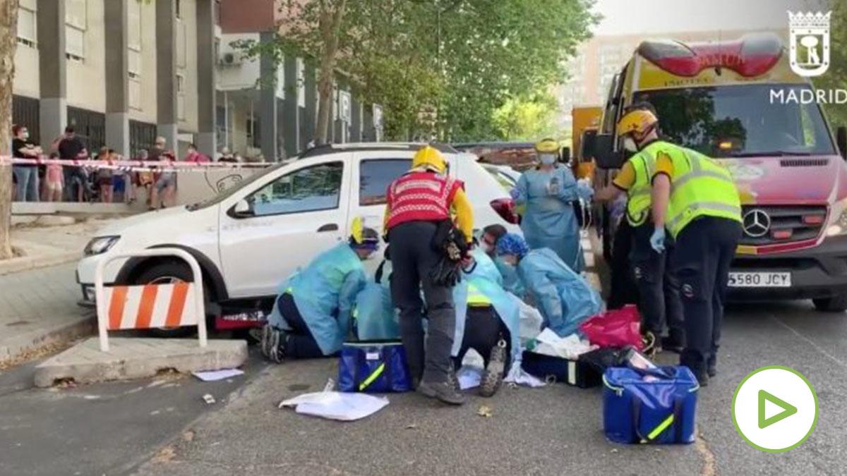 Servicios sanitarios en el incendio de Vallecas. (Foto: Emergencias Madrid