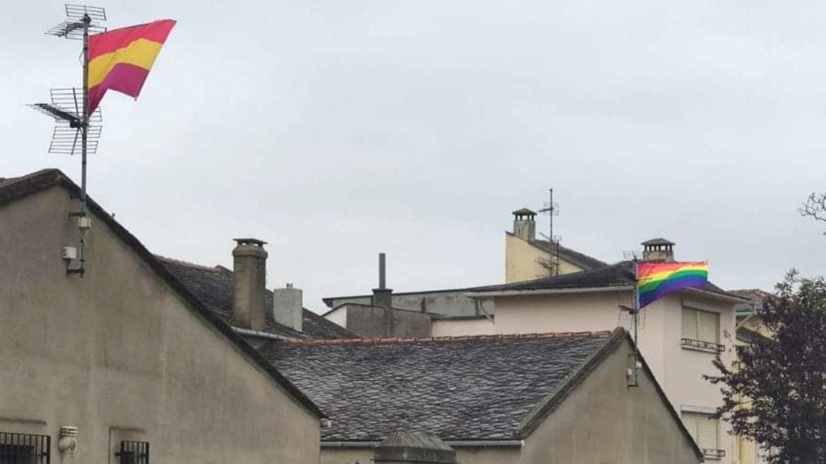 La casa de los familiares de Javier Ortega Smith en Figueras (Asturias) con la bandera del arcoiris y otra republicana.
