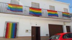 Un pueblo de Málaga reacciona a la retirada de una bandera LGTBI