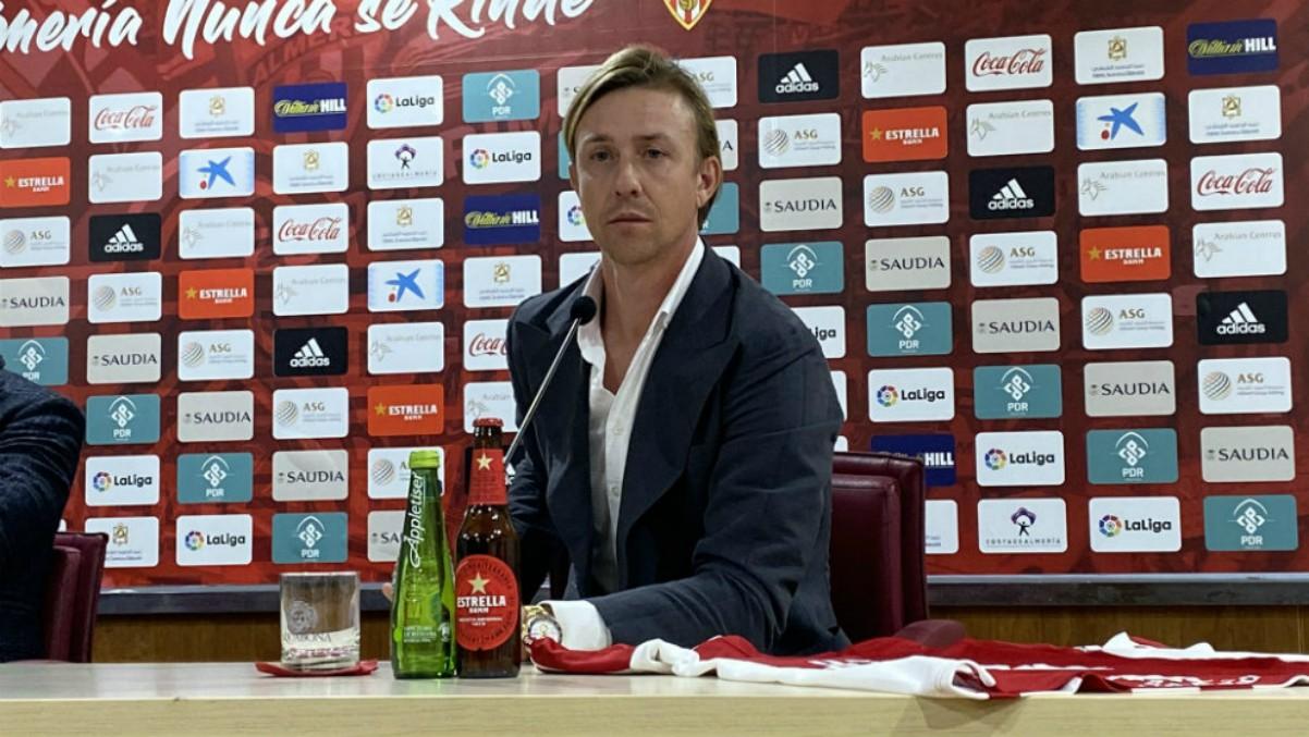 Guti, en una rueda de prensa con el Almería.