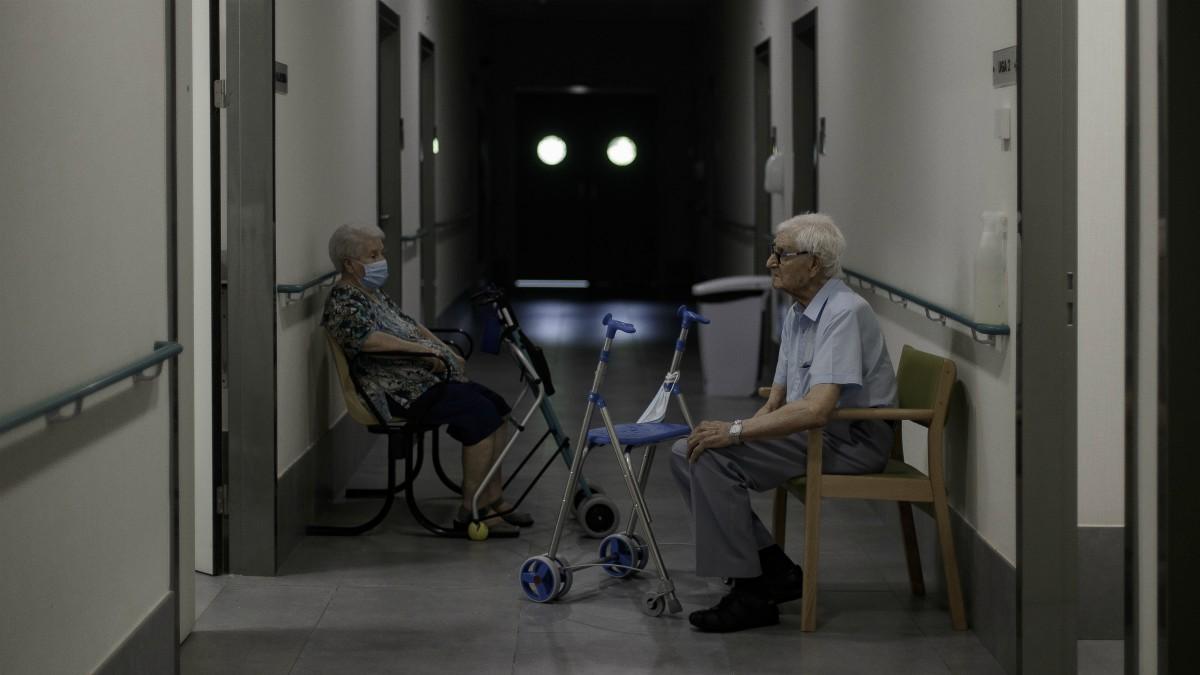 Pasillo de una residencia de ancianos.