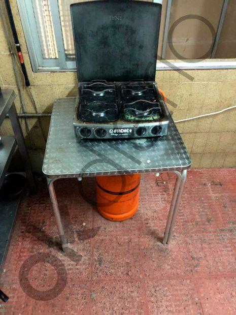 La cocina que compartían los inmigrantes hacinados en trasteros ilegales en Madrid.