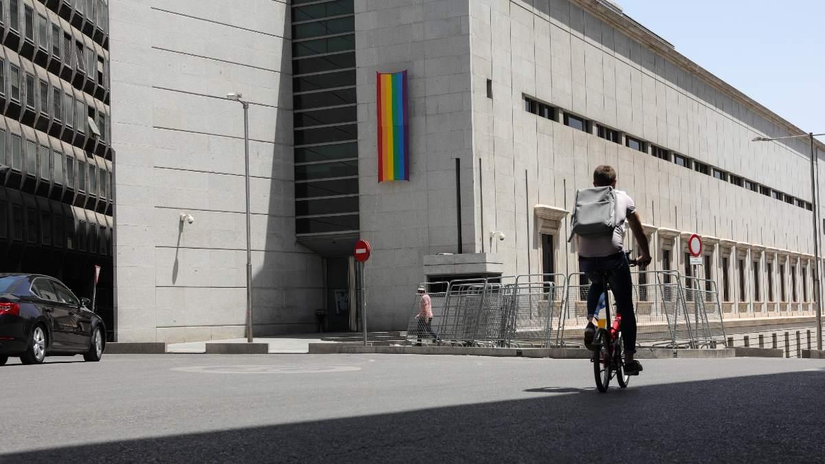 El Congreso de los Diputados coloca la bandera LGTBI. Foto: EP