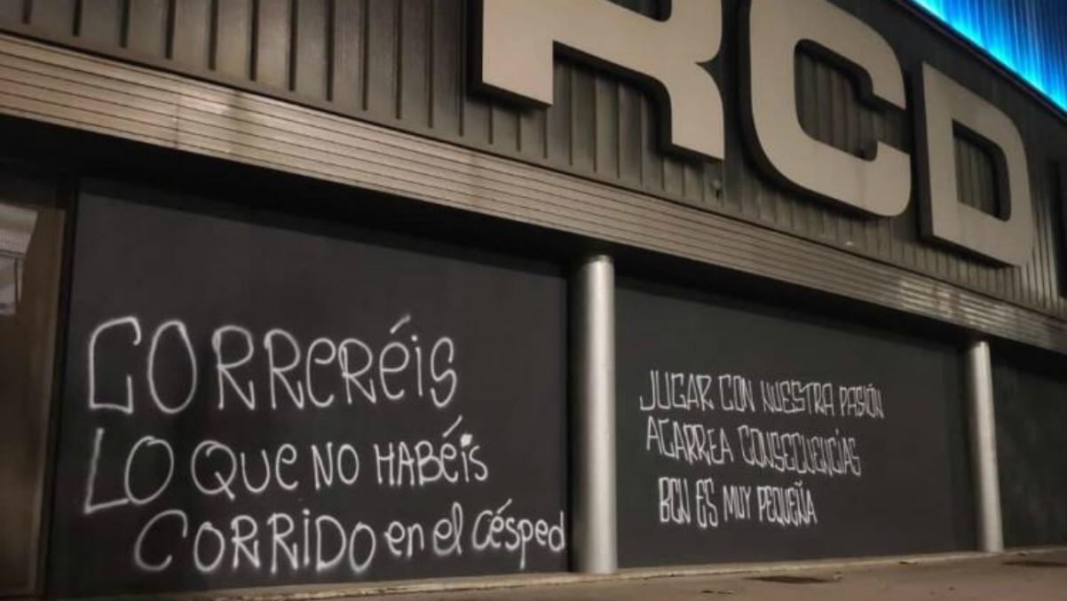 Pintadas contra los jugadores del Espanyol.