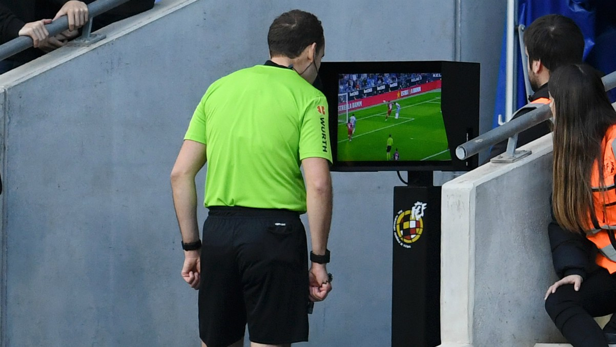 Melero López revisa una acción en el VAR durante un partido de la Liga Santander. (Getty)