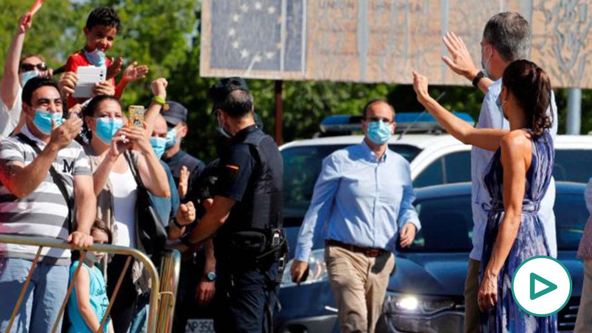El rey Felipe VI y la reina Letizia saludan a un grupo de ciudadanos en las 3.000 viviendas de Sevilla. Foto: EP