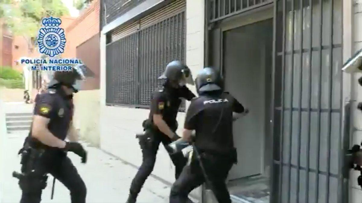 La policía entrando para detener al grupo criminal