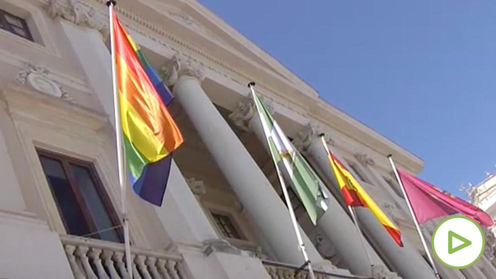 Cádiz debe retirar esta tarde la bandera LGTBI que ondea en el Ayuntamiento
