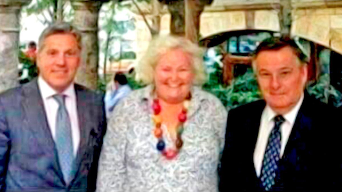 El juez Toro Peña, a la derecha, posa con Eduardo Porres de Urbina, a la izquierda, quien ha sido el ponente de la vista para su rehabilitación.