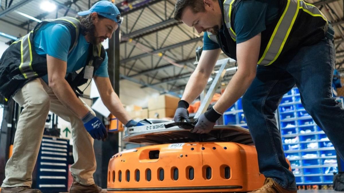 Trabajadores en un almacén de Amazon
