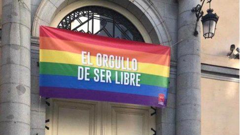 La sede de Vicepresidencia de la Comunidad de Madrid, que dirige Ignacio Aguado, luce desde este lunes una gran bandera LGTB con el lema 'El Orgullo de ser libres'. (Foto: Europa Press)