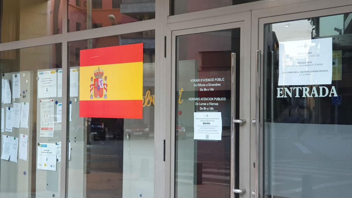 La bandera de España colocada en el exterior del Ayuntamiento de Tremp (Lérida).