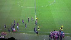 Las grandes diferencias entre cómo pasaron el tiempo muerto los jugadores del Barcelona y del Atlético. (Twitter)