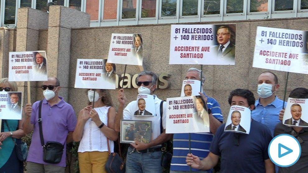 Las víctimas del Alvia acuden a Enagás para mostrar su rechazo al nombramiento de José Blanco