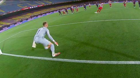 Ter Stegen se adelanta en el penalti de Diego Costa.