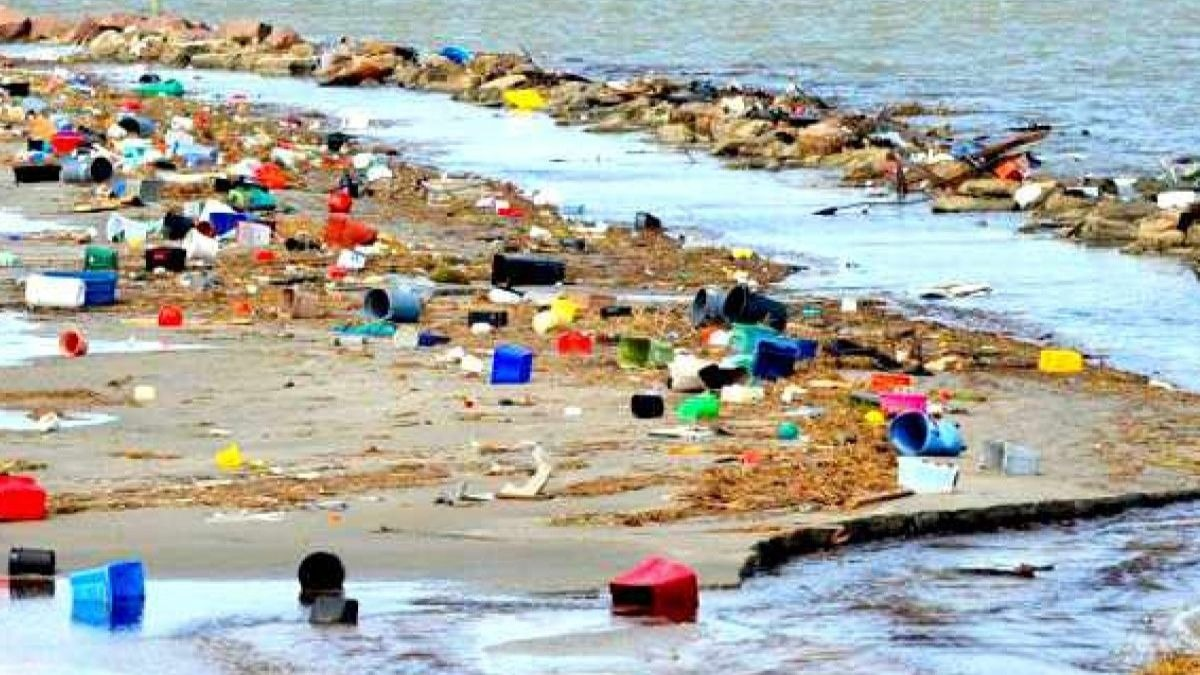 Suciedad acumulada en la playa