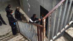 Policías entrando en uno de los locales okupados.