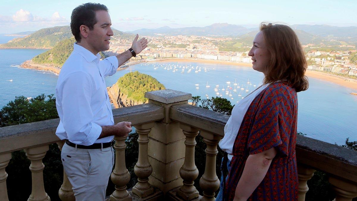 Teodoro García Egea en el País Vasco junto a Murriel Larrea (Foto: EFE)