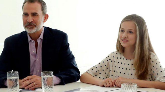 Los reyes Felipe y Letizia y sus hijas, la princesa Leonor y la infanta Sofía, durante una conferencia con los responsables de la Fundación Princesa de Gerona. Foto: EFE