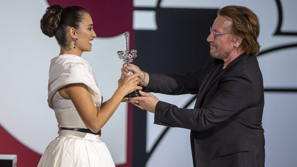 La actriz Penélope Cruz recibe el Premio Donostia de las manos del cantante de U2, Bono, durante la octava jornada de la 67 Edición del Festival de San Sebastián. foto: EP