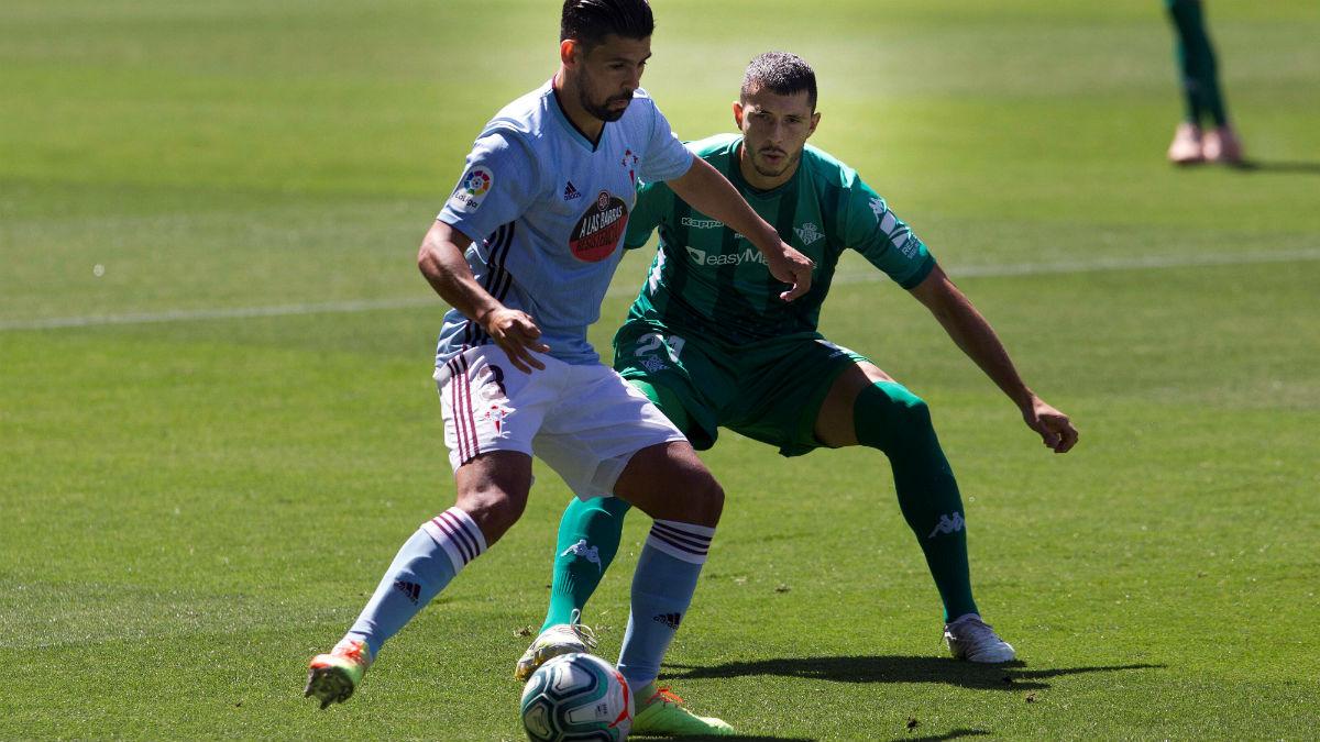 Nolito protege el balón en el partido contra el Betis. (EFE)