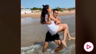 Reguilón tirando a su novia al agua.