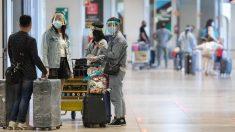 Varias personas protegidas con mascarillas y pantallas protectoras en la Terminal T1 de Barajas. Foto: EP