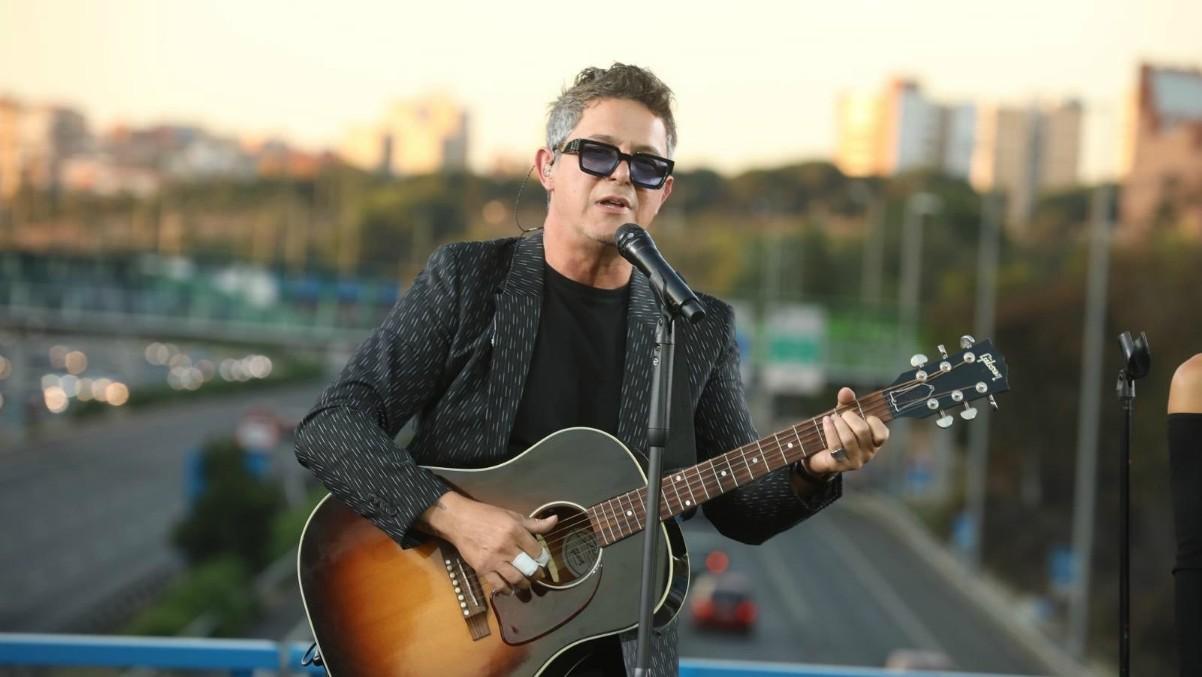 Alejandro Sanz en el concierto sorpresa en un puente de M-30 junto a Moratalaz.