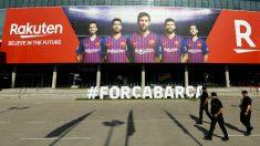 Tres Mossos, en los alrededores del Camp Nou. (Getty)