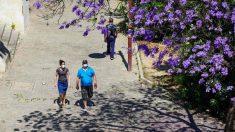 Ciudadanos paseando debajo del puente de triana. Foto: EP