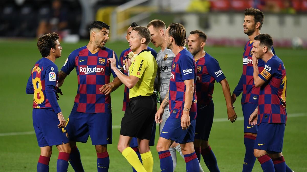 Los jugadores del Barcelona protestan a Hernández Hernández. (Getty)