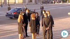 Corrillo tras la misa en la Almudena de la Familia Real con Carmen Calvo y el resto de autoridades.