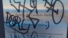 La placa dedicada a Alejandro Sanz en un puente de la M30 madrileña ha amanecido cubierta de pintads un día después de su inauguración.