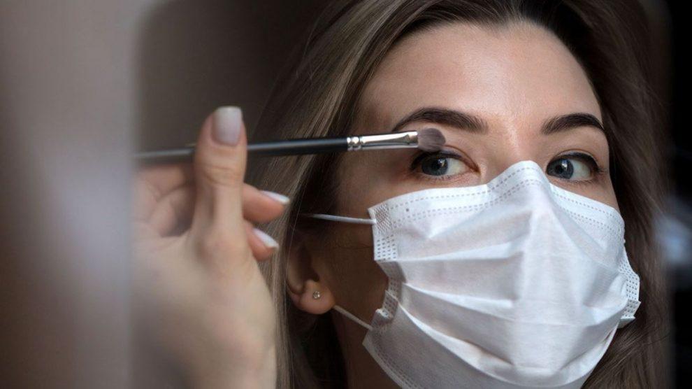 La mascarilla nos obliga a maquillarnos de manera diferente a como acostumbramos