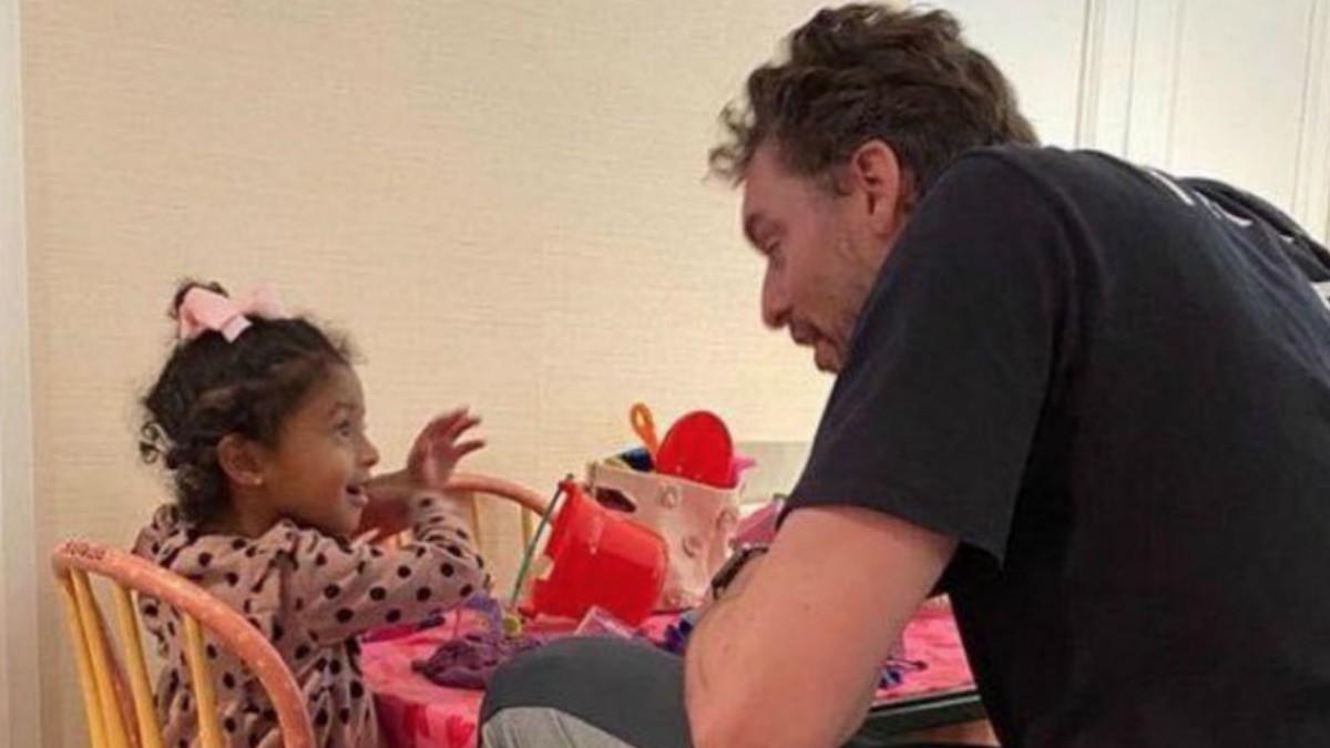 Pau Gasol, con una de las hijas de Kobe Bryant.