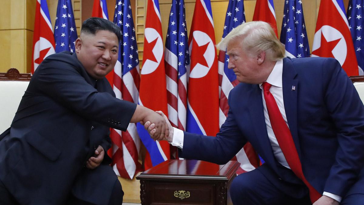 El dictador de Corea del Norte, Kim Jog-un, en su encuentro con el presidente de los Estados Unidos, Donald Trump. Foto: EP