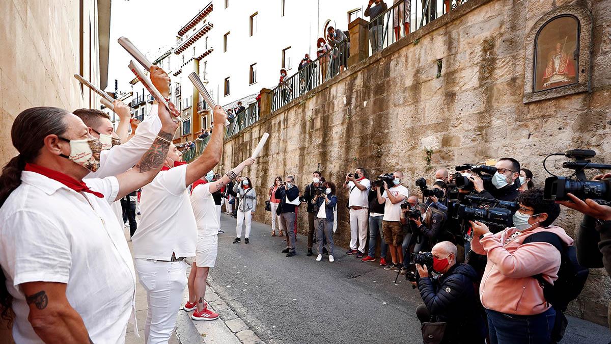 Un grupo de corredores entona el tradicional cántico ante la imagen de San Fermín en el primer 7 de julio sin encierros desde 1978. (Efe)
