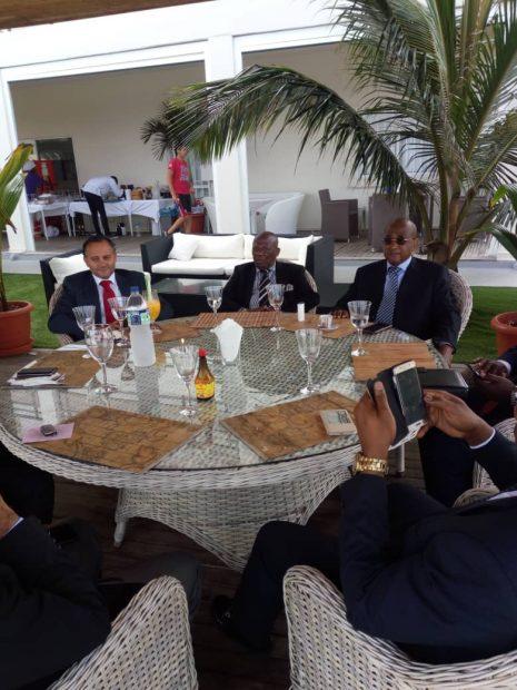 Alfonso Caneiro (a la izquierda) junto al Juan Oló Mba Nseng, ministro guineano Delegado de Justicia.